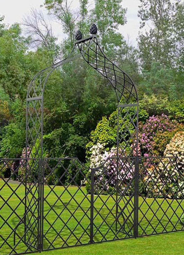 Rosenbogen mit Zaun